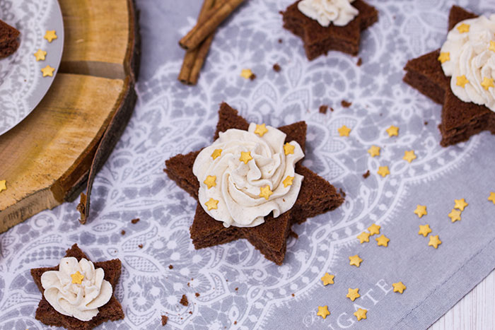 Schoko-Lebkuchen-Sterne-mit-Zimtsahne
