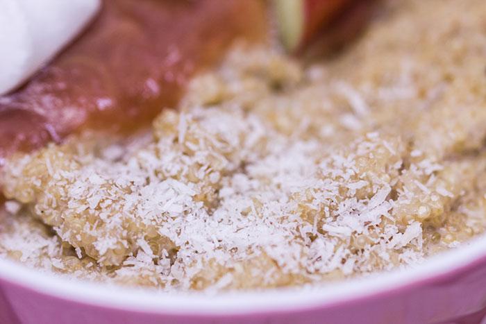 Kokos-Quinoa-mit-Rhabarber-Kompott