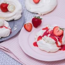 Mini-Pavlova-mit-Erdbeeren-und-Raffaello