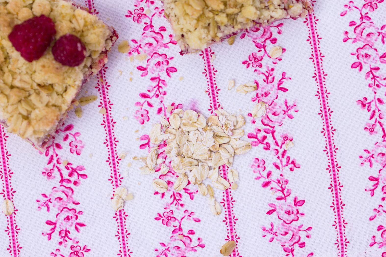 Haferflocken-Himbeer-Streuselkuchen-mit-Vanillepudding